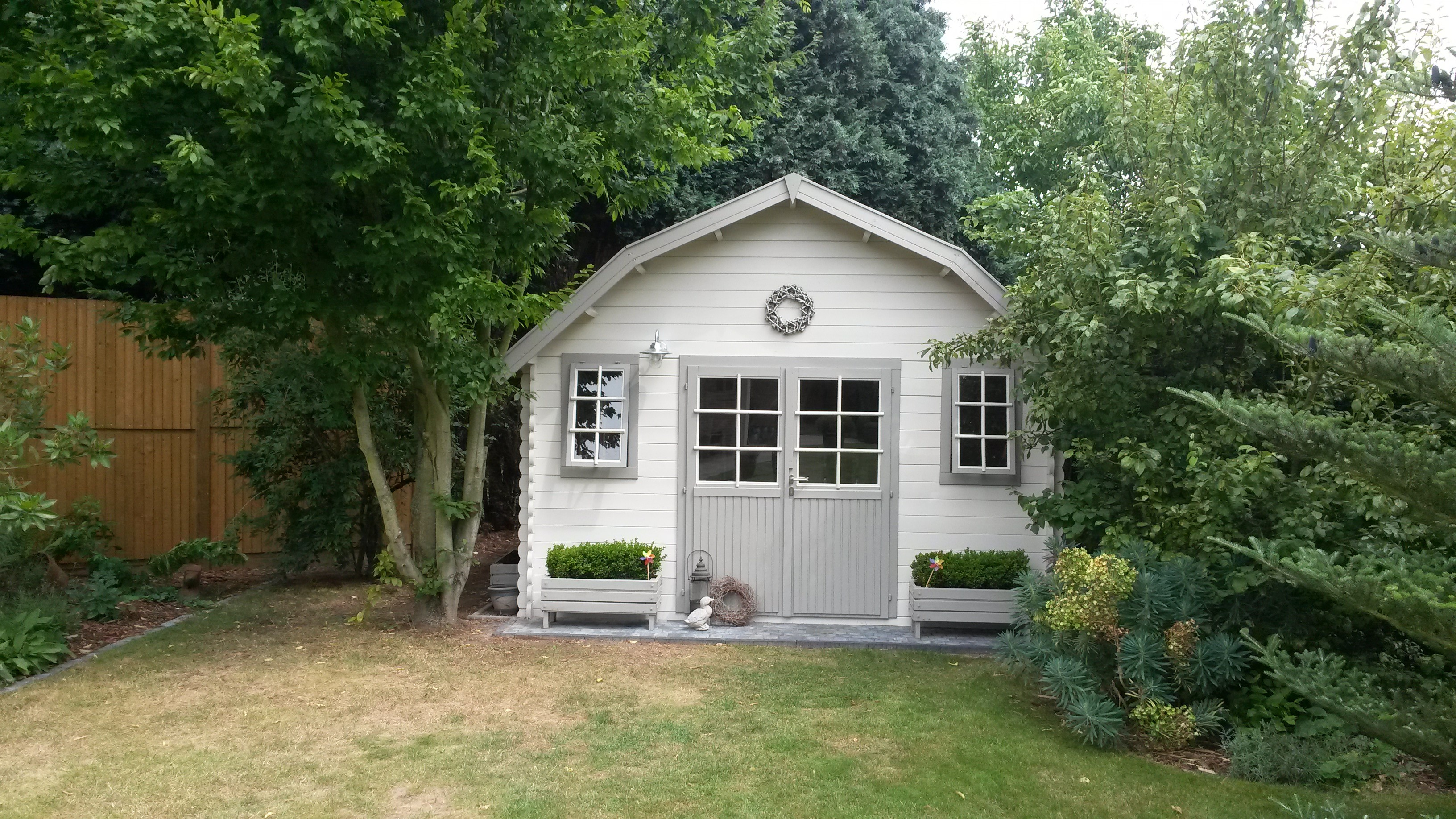 comment mettre en valeur un abri de jardin blog chalet center. Black Bedroom Furniture Sets. Home Design Ideas